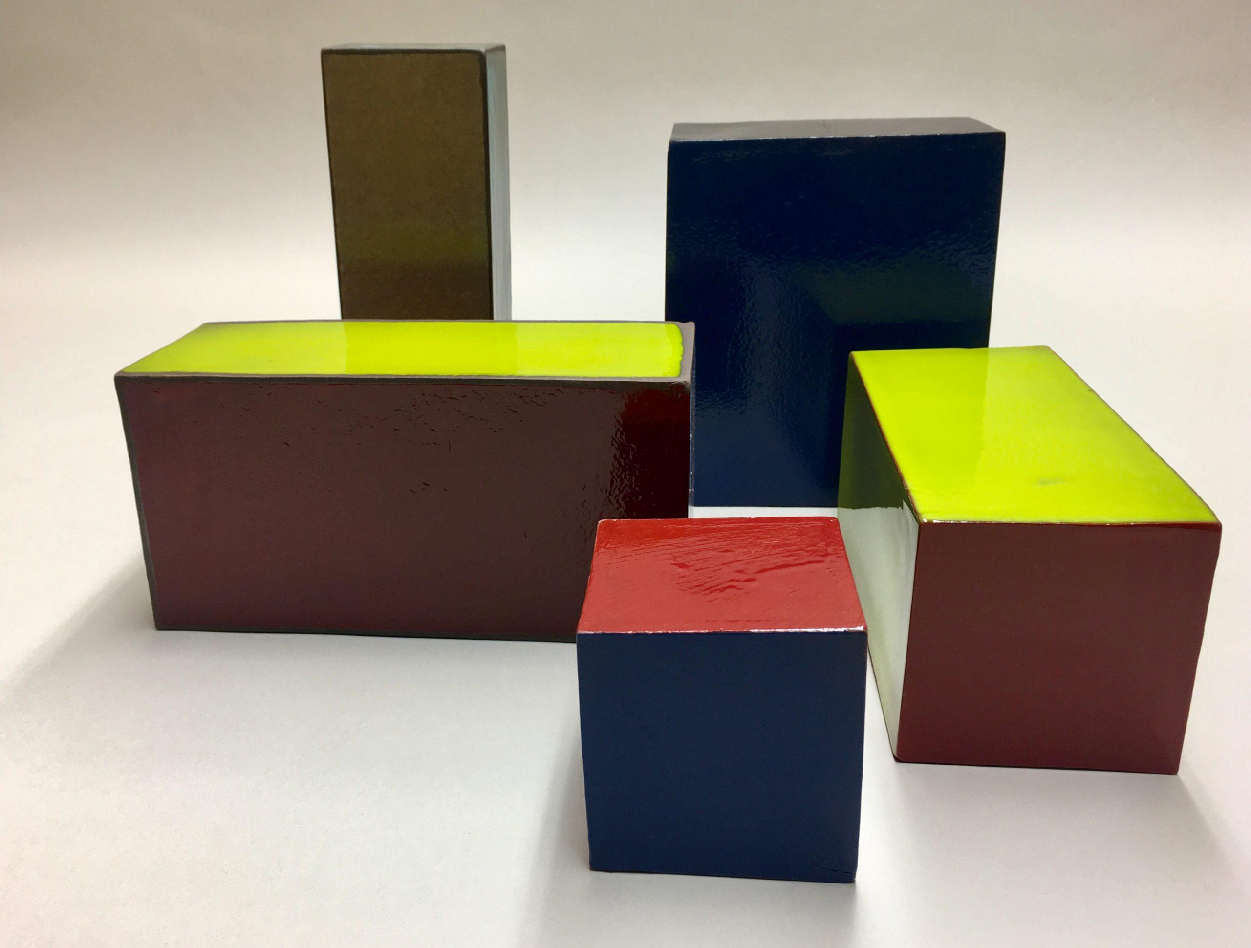 Cubes de céramique émaillés de couleurs vives